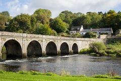 Πέτρινη γέφυρα δέκα αψίδων πέρα από τον ποταμό Nore σε Inistioge, Kilkenny, IR Στοκ Φωτογραφίες