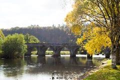 Πέτρινη γέφυρα δέκα αψίδων πέρα από τον ποταμό Nore σε Inistioge, Kilkenny, IR Στοκ Φωτογραφία