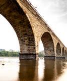 Πέτρινη γέφυρα αψίδων που διασχίζει το ποτάμι Μισισιπή στη στο κέντρο της πόλης Μινεάπολη, Μινεσότα στοκ φωτογραφίες