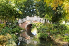 Πέτρινη γέφυρα αψίδων πέρα από μια λίμνη σε Parc Monceau στο Παρίσι, Γαλλία Στοκ φωτογραφία με δικαίωμα ελεύθερης χρήσης