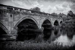 Πέτρινη γέφυρα πέρα από τον ποταμό Trent μεταξύ Repton και Willington Στοκ Εικόνα