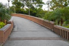 Πέτρινη γέφυρα πέρα από το ρεύμα σε ένα πάρκο Στοκ Εικόνα