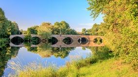 Πέτρινη γέφυρα πέρα από Neckar τον ποταμό στον ήλιο πρωινού Στοκ Εικόνα