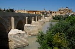 Πέτρινη γέφυρα που εκτείνεται το Γκουανταλκιβίρ στην Κόρδοβα στην Ισπανία Στοκ Φωτογραφίες