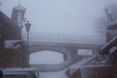 Πέτρινη γέφυρα σε μια χιονοθύελλα Στοκ φωτογραφία με δικαίωμα ελεύθερης χρήσης