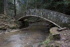 Πέτρινη γέφυρα στην παλαιά ανθρώπινη περιοχή σπηλιών στοκ εικόνα