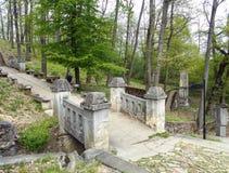 Πέτρινη γέφυρα στο διαγώνιο δρόμο - φραντσησθανό μοναστήρι της Μαρίας Radna - Lipova, Arad, Ρουμανία Στοκ φωτογραφίες με δικαίωμα ελεύθερης χρήσης