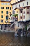 Πέτρινη γέφυρα Ponte Vecchio και ο ποταμός Arno στη Φλωρεντία, Τοσκάνη, Ιταλία Ορόσημα Φλωρεντιών στοκ φωτογραφίες με δικαίωμα ελεύθερης χρήσης