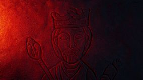 Πέτρινη γλυπτική του LIT βασιλιάδων επάνω στο σκονισμένο τάφο απόθεμα βίντεο