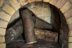Πέτρινη εστία με το καυσόξυλο χωρίς πυρκαγιά, χειμώνας Στοκ Εικόνες