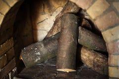 Πέτρινη εστία με το καυσόξυλο χωρίς πυρκαγιά, χειμώνας Στοκ εικόνα με δικαίωμα ελεύθερης χρήσης