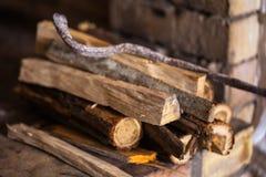 Πέτρινη εστία με το καυσόξυλο χωρίς πυρκαγιά, χειμώνας Στοκ φωτογραφίες με δικαίωμα ελεύθερης χρήσης