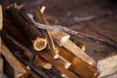 Πέτρινη εστία με το καυσόξυλο χωρίς πυρκαγιά, χειμώνας Στοκ Φωτογραφίες