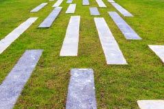 Πέτρινη διάβαση στον κήπο Στοκ φωτογραφία με δικαίωμα ελεύθερης χρήσης