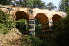 Πέτρινη οδογέφυρα στο πάρκο Muskauer Στοκ φωτογραφίες με δικαίωμα ελεύθερης χρήσης
