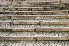 Πέτρινη παλαιά ή παραδοσιακή μεσαιωνική σκάλα επάνω στον τρόπο Στοκ φωτογραφία με δικαίωμα ελεύθερης χρήσης