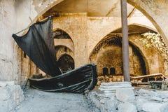Πέτρινη παλαιά πόλη Jaffa στο Τελ Αβίβ Παλαιά βάρκα με το πανί Στοκ Εικόνα