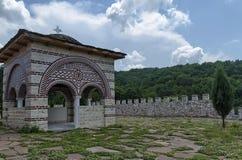 Πέτρινη πλάκα-στέγη της παλαιάς μεσαιωνικής αλκόβας με το σταυρό στο αποκατεστημένο μοναστήρι Μαυροβουνίου ή Giginski Στοκ Εικόνα