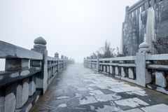 Πέτρινη ράγα και διάβαση πεζών με misty στο λόφο στοκ φωτογραφίες