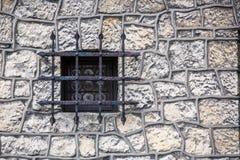 Πέτρινη σύσταση τοίχων με το παλαιό μεσαιωνικό παράθυρο Στοκ Εικόνες
