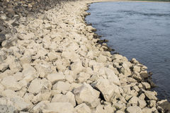 Πέτρινη όχθη ποταμού Στοκ Φωτογραφίες