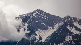 Πέτρινοι στυλοβάτες βουνών και διάβαση των σύννεφων στο νεφελώδη καιρό απόθεμα βίντεο