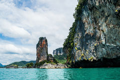 Πέτρινοι σχηματισμοί ασβέστη παραλιών AO Nang και καγιάκ, Krabi, Ταϊλάνδη Στοκ Εικόνες