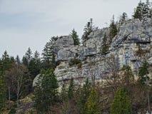 Πέτρινοι σχηματισμοί όπως ένα μεγάλο πρόσωπο στην περιοχή του Doubs στοκ φωτογραφία