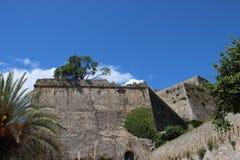 Πέτρινοι τοίχοι Νέο φρούριο με το σαφή μπλε ουρανό στοκ εικόνες με δικαίωμα ελεύθερης χρήσης