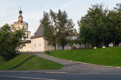 Πέτρινοι τοίχοι φρουρίων με το παρατηρητήριο και την εκκλησία του αρχαγγέλου Michael του μοναστηριού Andronikov Μόσχα Ρωσία Στοκ εικόνες με δικαίωμα ελεύθερης χρήσης