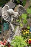 Πέτρινος άγγελος στον κήπο λουλουδιών στοκ φωτογραφία με δικαίωμα ελεύθερης χρήσης