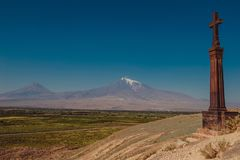 Πέτρινος διαγώνιος khachkar στο λόφο του μοναστηριού Khor Virap Βουνό Ararat στο υπόβαθρο Εξερεύνηση της Αρμενίας Έννοια τουρισμο Στοκ Εικόνα