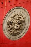 Πέτρινος κύκλος δράκων στο κόκκινο υπόβαθρο τσιμέντου σε Che Kung ταοϊστικό Στοκ Εικόνες