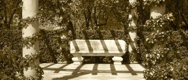 Πέτρινος πάγκος σε ένα πάρκο Τόνος σεπιών Στοκ φωτογραφίες με δικαίωμα ελεύθερης χρήσης