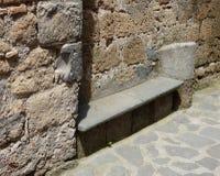 Πέτρινος πάγκος σε μια Tuscan πόλη λόφων στοκ φωτογραφίες με δικαίωμα ελεύθερης χρήσης