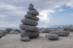 Πέτρινος πύργος τύμβων, poise πέτρες, γλυπτό βράχου zen, ανοικτό γκρι χαλίκια στοκ φωτογραφία με δικαίωμα ελεύθερης χρήσης