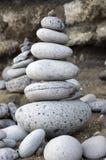 Πέτρινος πύργος τύμβων, poise πέτρες, γλυπτό βράχου zen, ανοικτό γκρι χαλίκια στοκ εικόνα