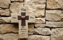Πέτρινος σταυρός αγάπης πίστης ελπίδας Στοκ Εικόνες