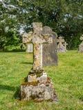 Πέτρινος σταυρός με το βρύο και τη λειχήνα Στοκ Φωτογραφίες