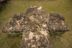 Πέτρινος σταυρός σε έναν κήπο ενός παλαιού μεγάρου στις καταστροφές στοκ φωτογραφία
