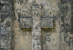 Πέτρινος σταυρός στην ταφόπετρα - χριστιανικός σταυρός στον τάφο Στοκ Εικόνες