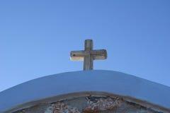 Πέτρινος σταυρός στη στέγη Στοκ Εικόνες