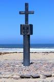 Πέτρινος σταυρός στο διαγώνιο κόλπο ακρωτηρίων, ακτή Ναμίμπια σκελετών Στοκ εικόνα με δικαίωμα ελεύθερης χρήσης