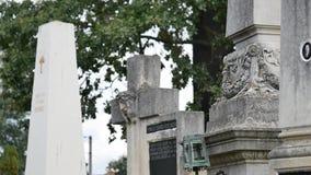 Πέτρινος σταυρός στο παλαιό νεκροταφείο Σκοτεινό γοτθικό νεκροταφείο Σύννεφα πέρα από ένα εγκαταλειμμένο νεκροταφείο Παλαιοί τάφο απόθεμα βίντεο