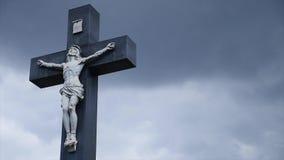 Πέτρινος σταυρός στο παλαιό νεκροταφείο Σκοτεινό γοτθικό νεκροταφείο Σύννεφα πέρα από ένα εγκαταλειμμένο νεκροταφείο Παλαιοί τάφο Στοκ Φωτογραφία