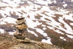Πέτρινος σωρός και χιονώδεις κορυφές βουνών, Dalsnibba Νορβηγία Στοκ φωτογραφίες με δικαίωμα ελεύθερης χρήσης