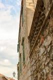 Πέτρινος τοίχος ενός παλαιού σπιτιού σε μια οδό σε Hvar, Κροατία στοκ φωτογραφία