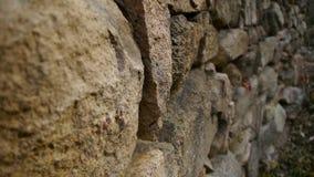 Πέτρινος τοίχος και άνεμος πάροδος στο βουνό απόθεμα βίντεο
