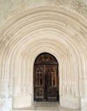 Πέτρινος τοίχος και ξύλινη πόρτα ενός αρχαίου φρουρίου Στοκ φωτογραφίες με δικαίωμα ελεύθερης χρήσης