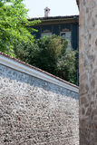 Πέτρινος τοίχος και παλαιό σπίτι Στοκ φωτογραφίες με δικαίωμα ελεύθερης χρήσης